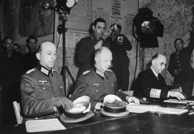 Генерал Йодль подписывает капитуляцию Германии в Реймсе 7 мая 1945 года